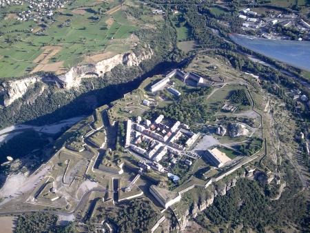 Vue aérienne de la place forte Vauban de Mont-Dauphin, avec remparts et bastions