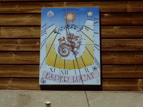 Cadran solaire à 05 Vars-Sainte-Caherine, 2015, 90x120 cms. Style polaire, façade sud-ouest.