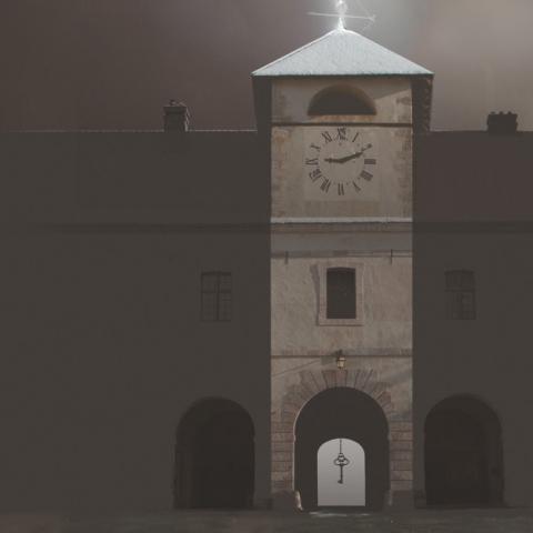 Pavillon de l'horloge de Mont-Dauphin recevant la foudre