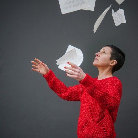 Photo de l'écrivain Florentine Rey faisant voler des pages
