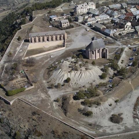 Vue Ouest du ciel : l'église et l'arsenal