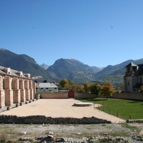 L'église inachevée et l'arsenal de Mont-Dauphin, place forte Vauban