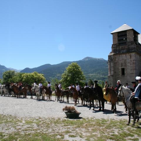Défilé des soldats du fort à cheval