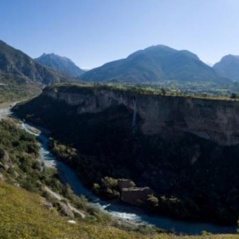 Vue panoramique depuis les remparts : échauguette Est et le Guil