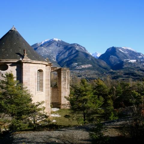 L'église de Mont-Dauphin, en arrière plan la Font-Sancte (3385m)